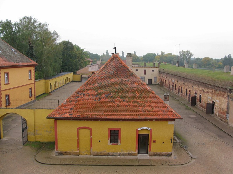 how to get to terezin from prague